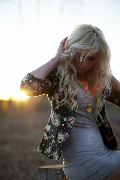 Blond_woman_in_with_sunset_on_the_background