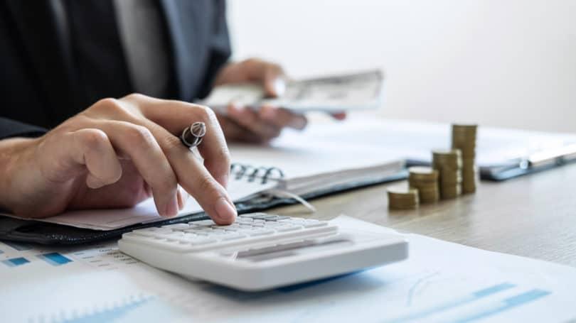 Calculadora de contabilidad Monedas Facturas en efectivo apiladas