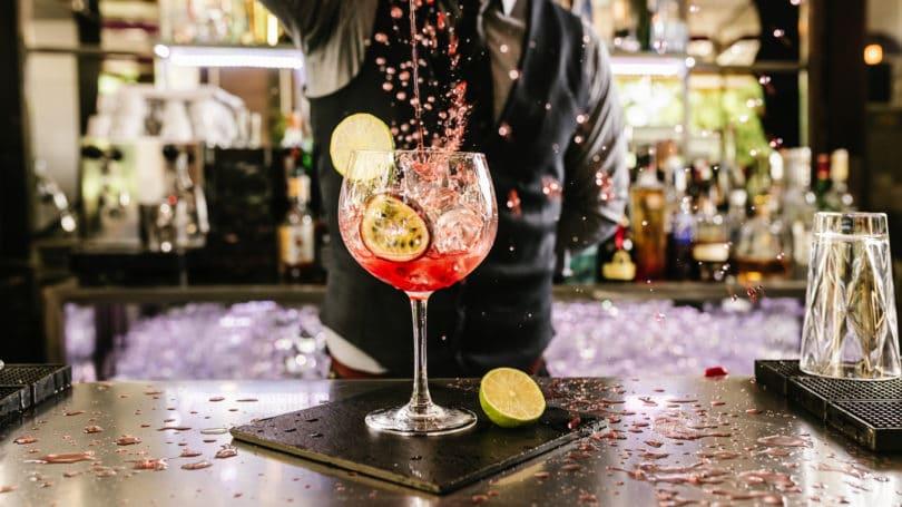 Bartender haciendo un restaurante lounge bar de cócteles