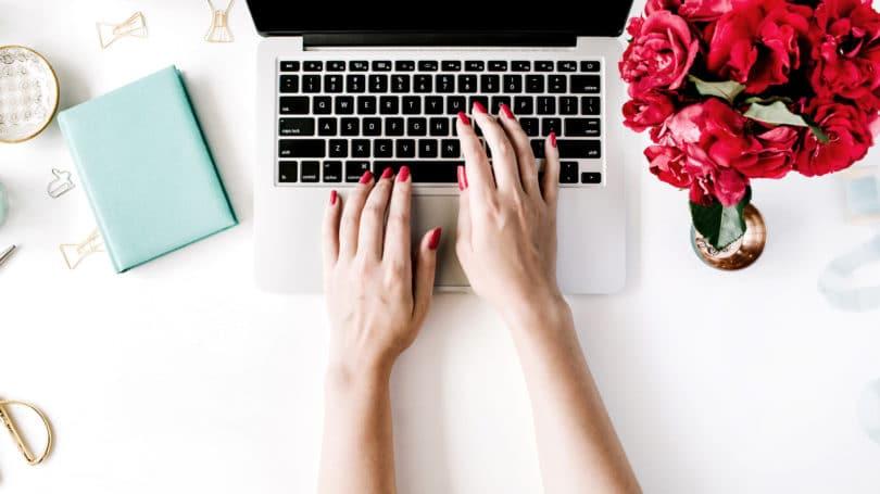 Escritorio Laptop Blogger Flores Blogging