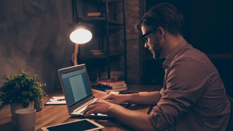 Escritor independiente escribiendo escritorio para computadora portátil