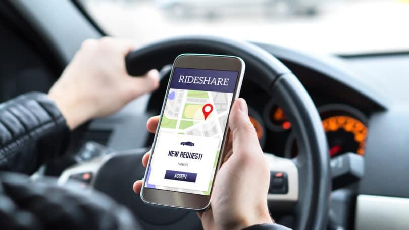 Conductor de Ride Share usando la aplicación para la solicitud de recogida