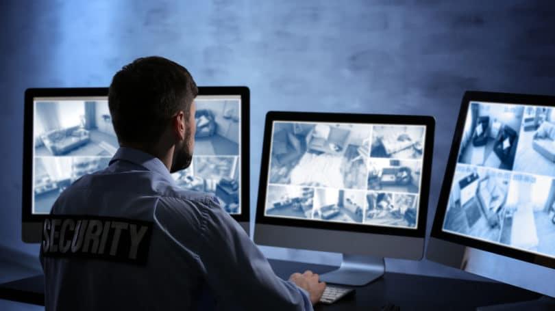Guardia de seguridad que controla las cámaras en la tecnología nocturna