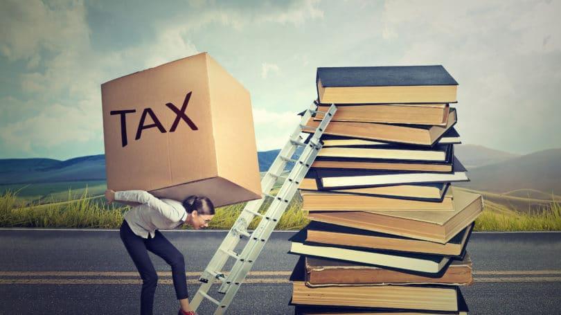 Impuestos libros de texto peso escalera de pila