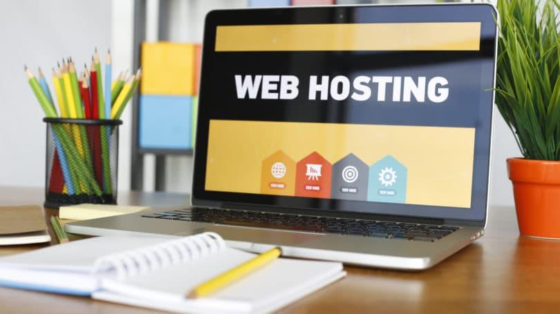 Escritorio para computadora portátil de alojamiento web